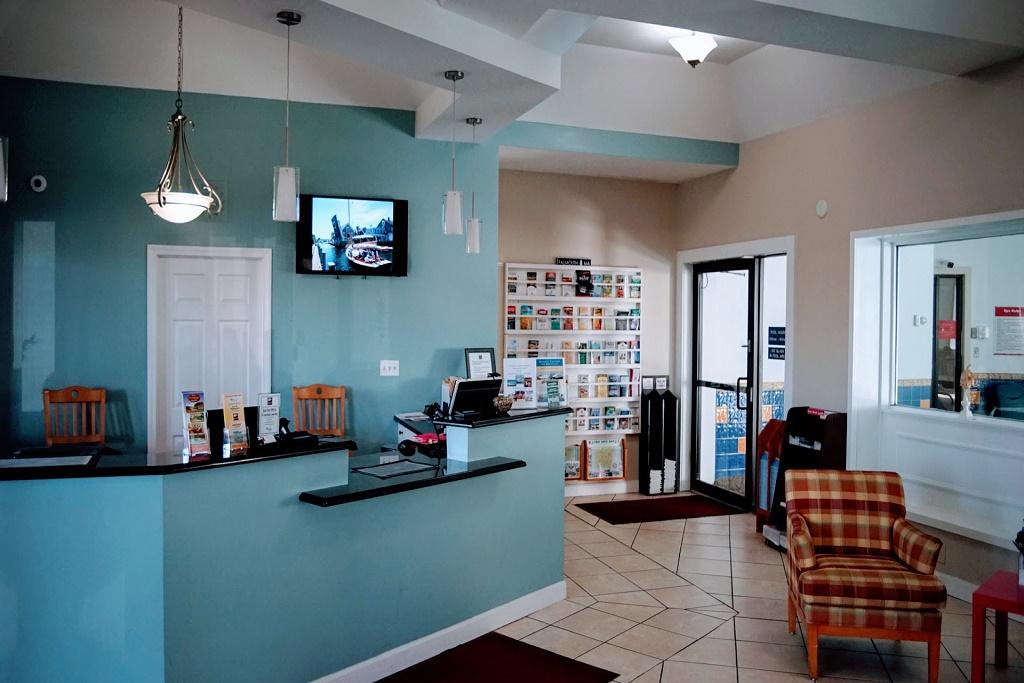 Admiralty Inn & Suites - Lobby Area