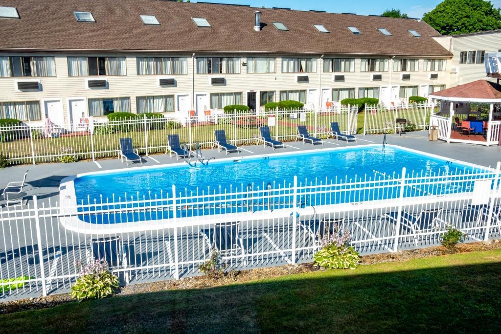 Admiralty Inn & Suites - Outdoor Pool