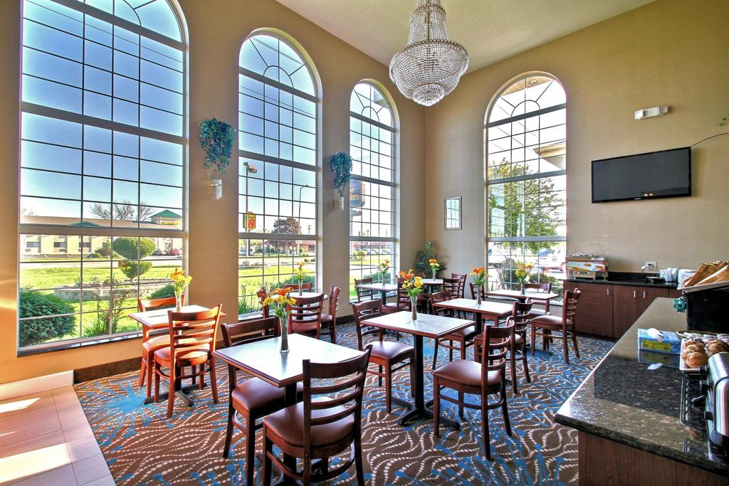Best Western Airport Inn Moline - Breakfast Area