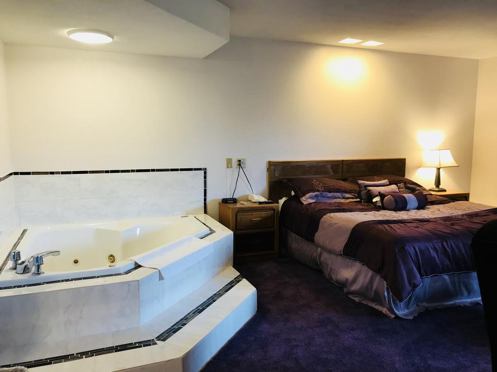 Brass Bell Inn and Suites - Bed with Tub