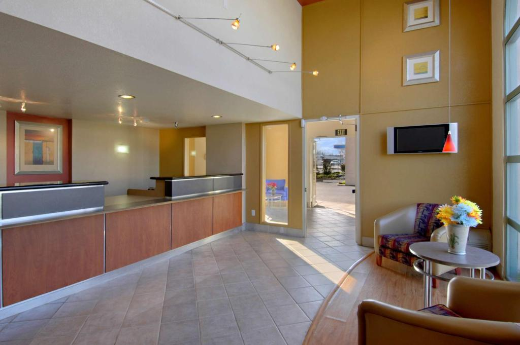 California Inn & Suites Rancho Cordova - Lobby