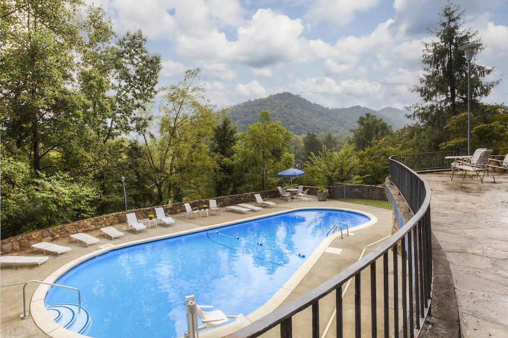 Chalet Inn - Outdoor Pool