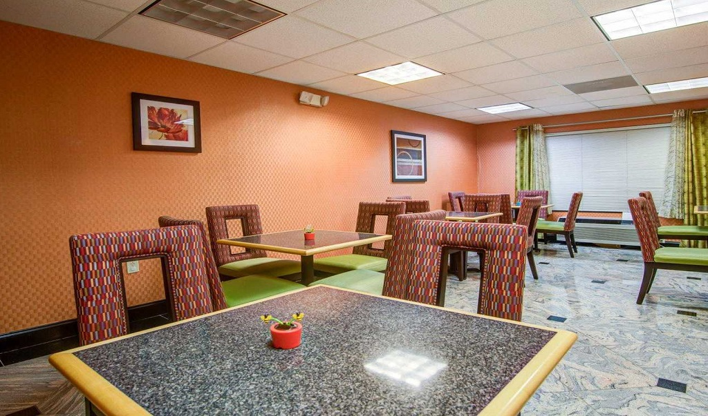 Comfort Suites Lawrenceville   Dining Area