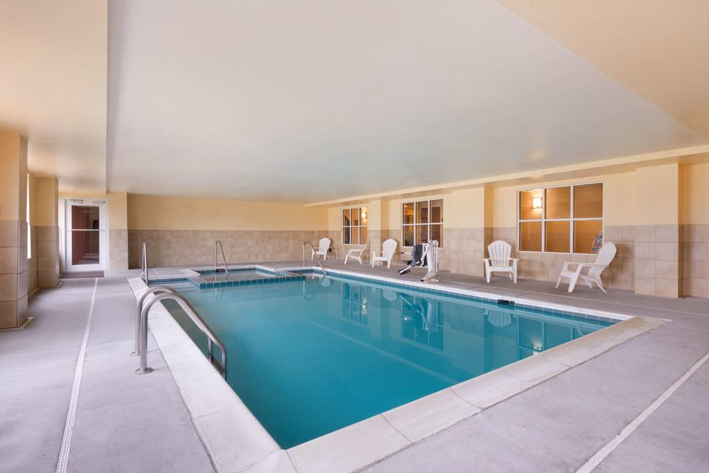 Country Inn & Suites Wytheville - Indoor Pool