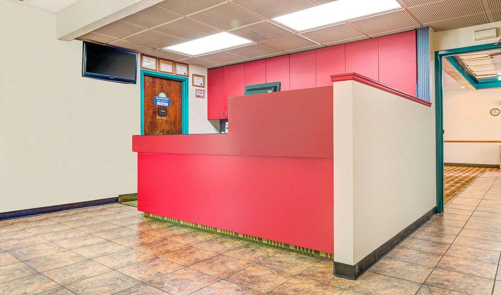 Days Inn Council Bluffs/9th Avenue - Lobby-1