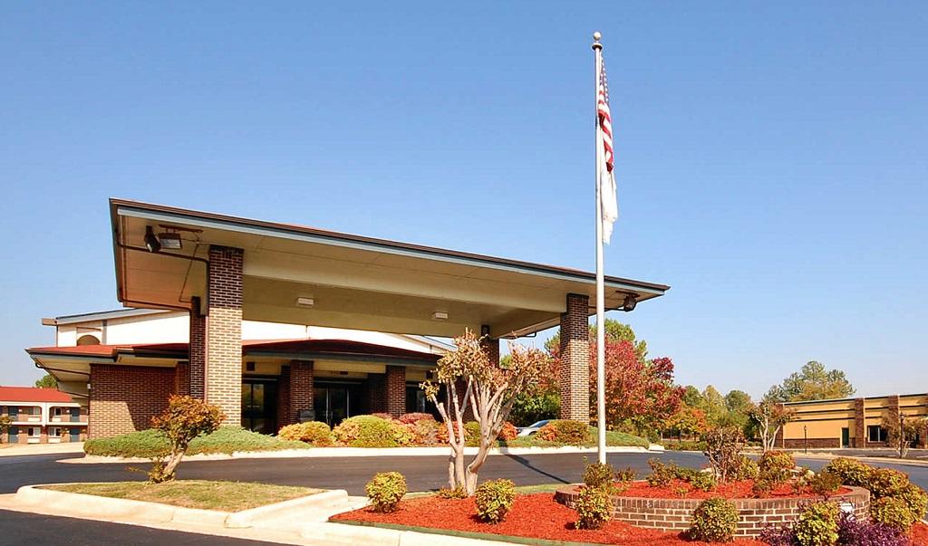 Econo Lodge Inn & Suites Huntsville - Exterior-1
