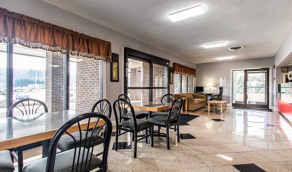 Econo Lodge Inn & Suites Huntsville - Lobby Area