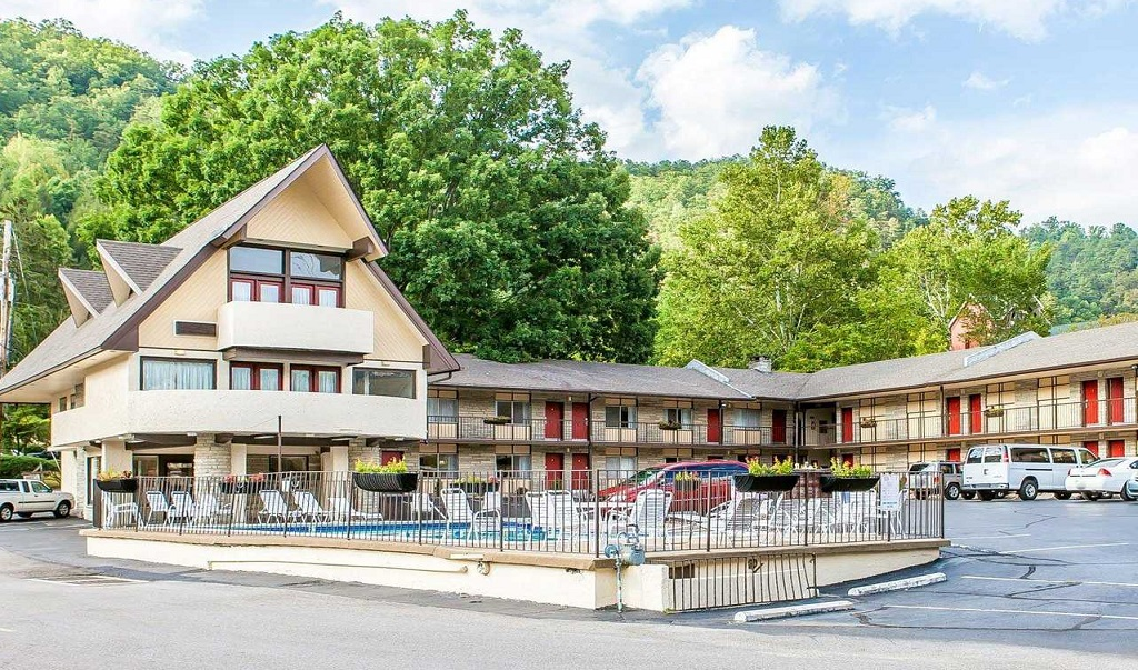 Econo Lodge Inn & Suites on the River Gatlinburg - Exterior-3