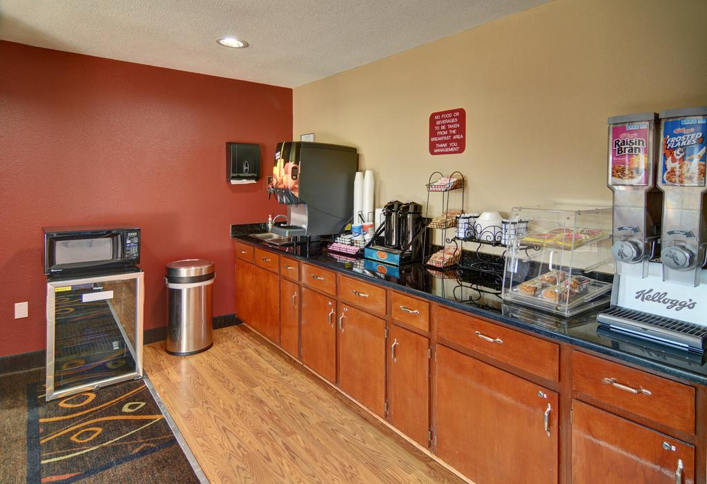 HomeTown Inn & Suites - Breakfast Area