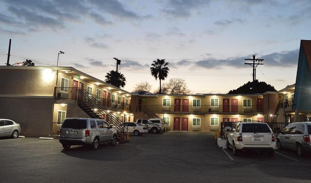 La Casa Inn - Exterior-2