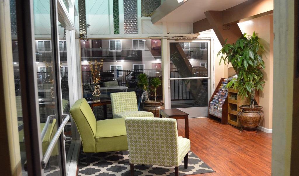 La Casa Inn - Lobby Area