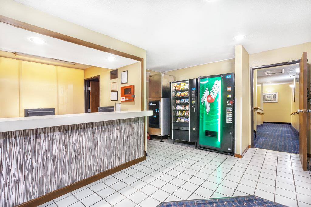Magnuson Hotel Fort Wayne North - Lobby Area