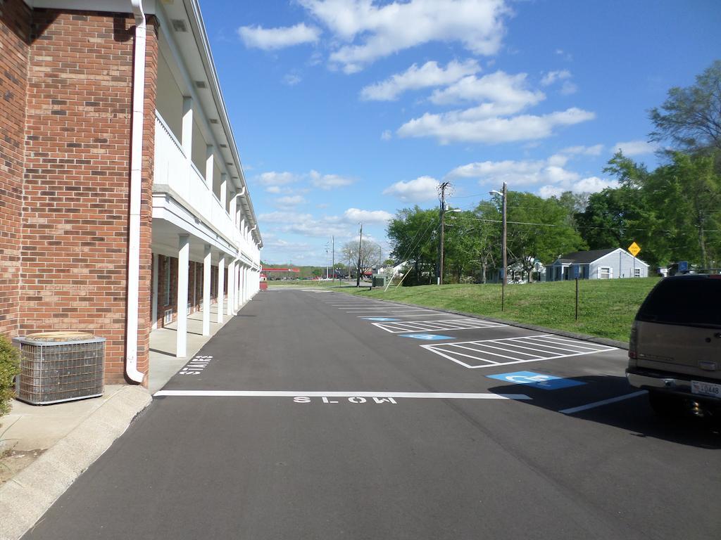 Richland Inn - Parking Area