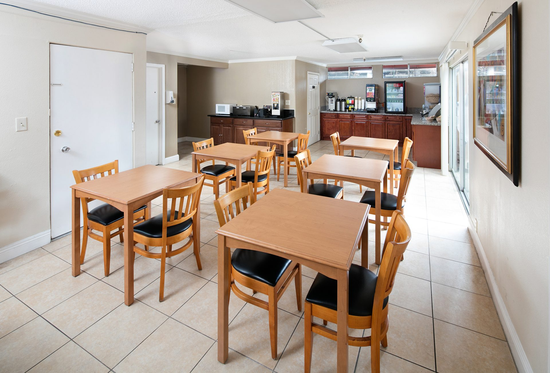 Roy_Inn_and_Suites_Sacramento_Midtown_Breakfast_Area