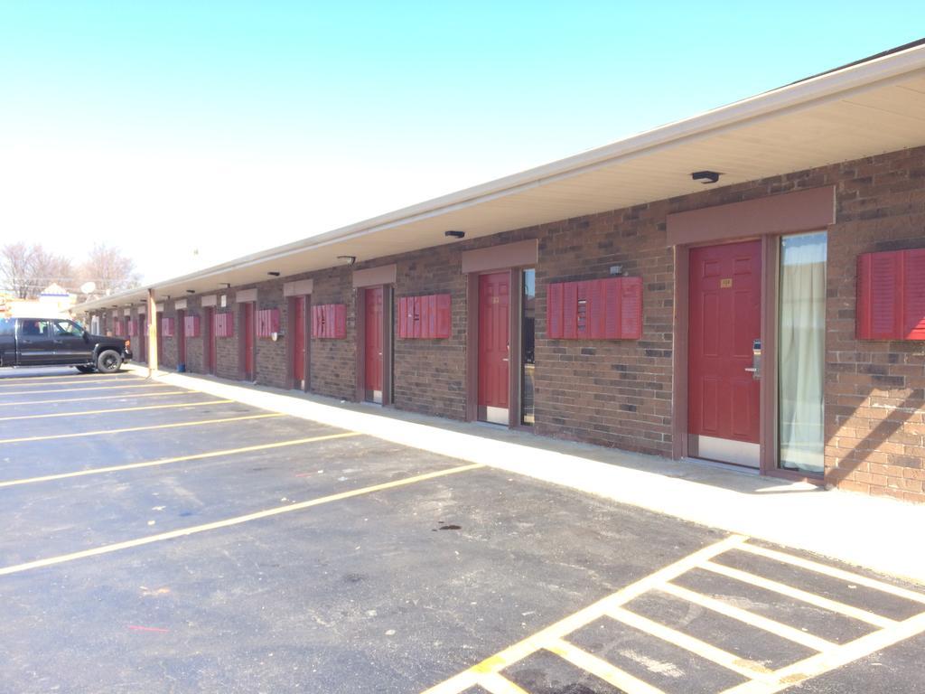 Sleep-Ees Inn Saginaw Shields - Parking Area