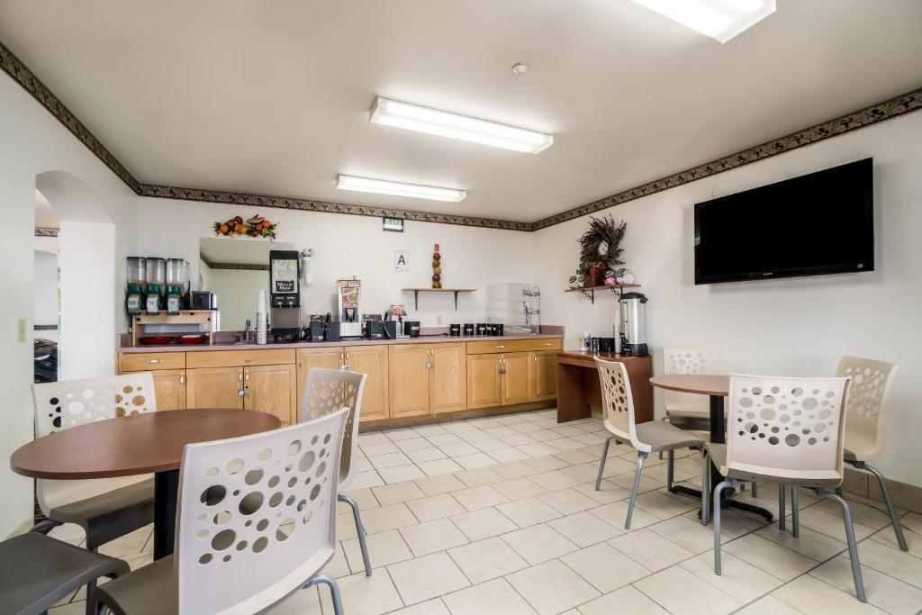 Americas Best Value Inn Green River - Breakfast Area-3