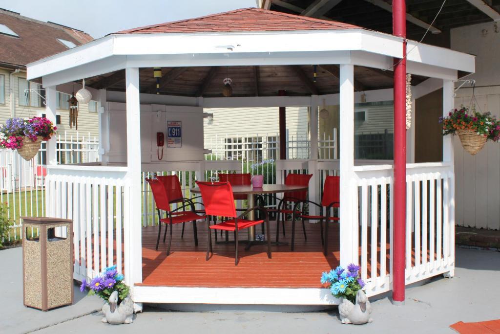 Admiralty Inn & Suites - Outdoor Area