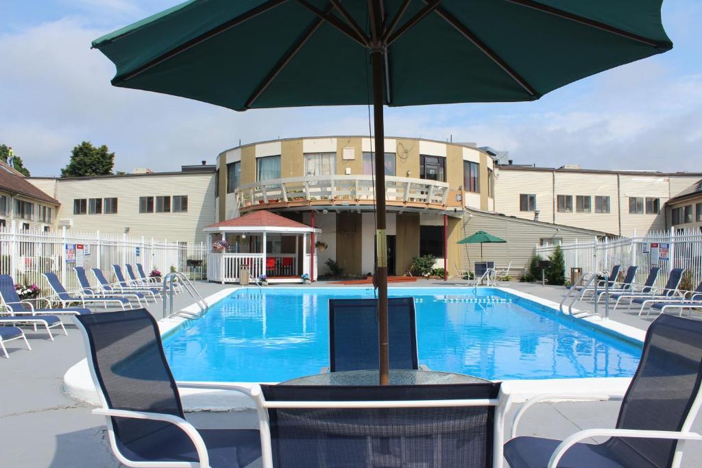 Admiralty Inn & Suites - Outdoor Pool-2