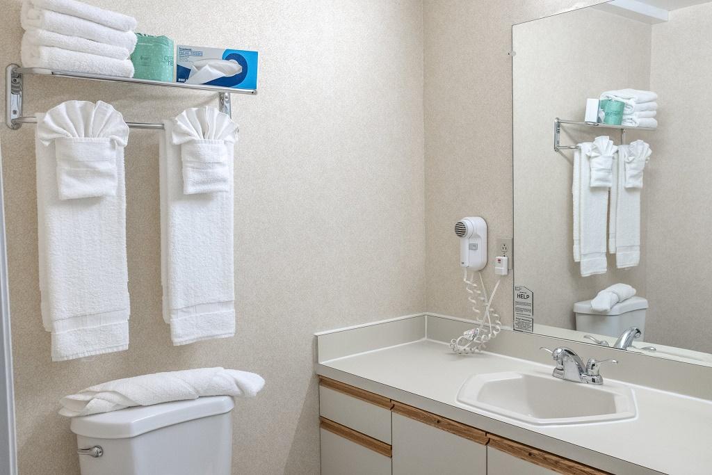 Admiralty Inn & Suites - Room Bathrom