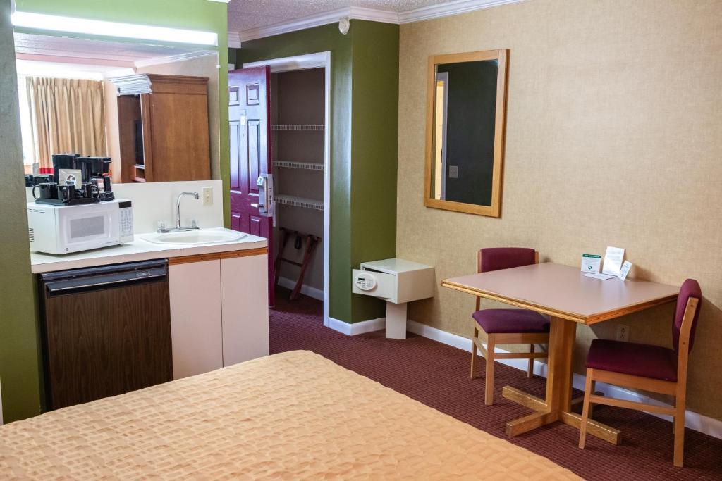 Admiralty Inn & Suites - Single Bed Room-4