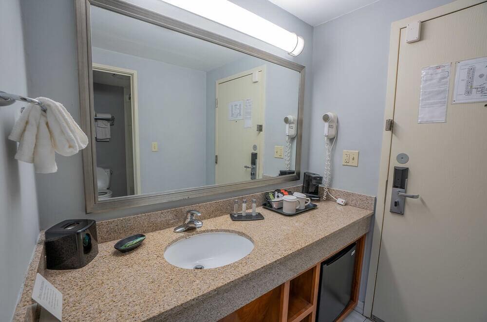 All Seasons Resort Cape Cod - Room Bathroom