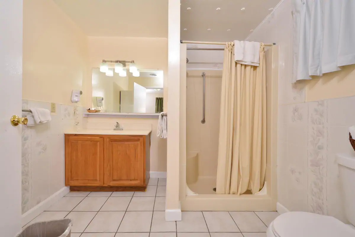 Americas Best Value Inn Jonesville - Suite Room Bathroom