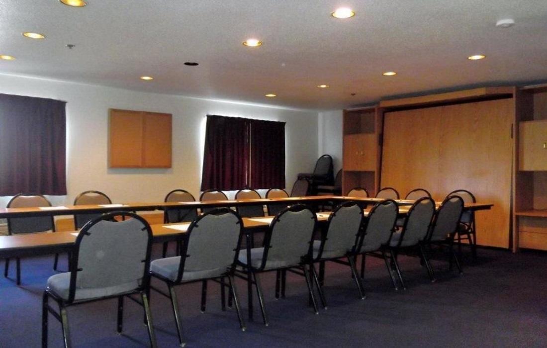 Amerihost Inn & Suites - Meeting Area