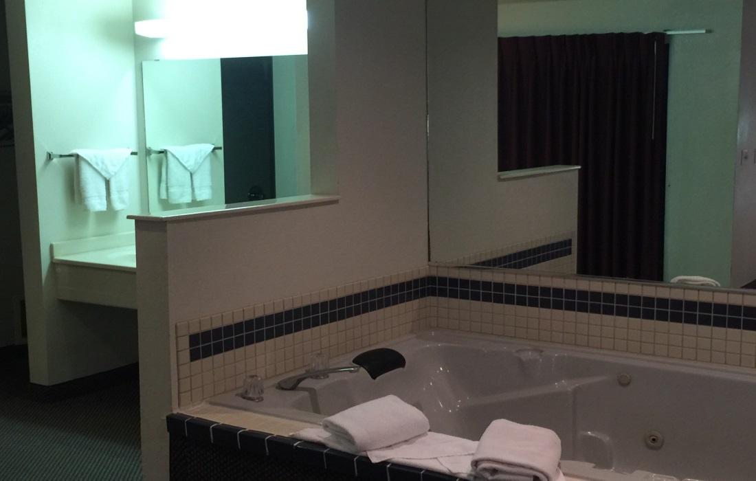 Amerihost Inn & Suites - Room's Bathroom