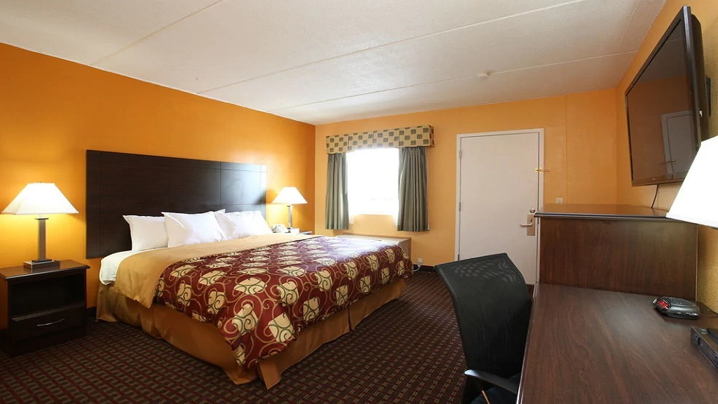 Budgetel Inn South Glens Falls - King Bed