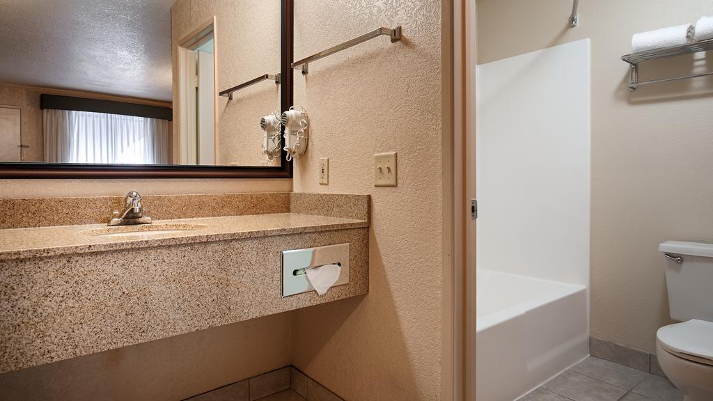 Cajon Pass Inn - Room Bathroom