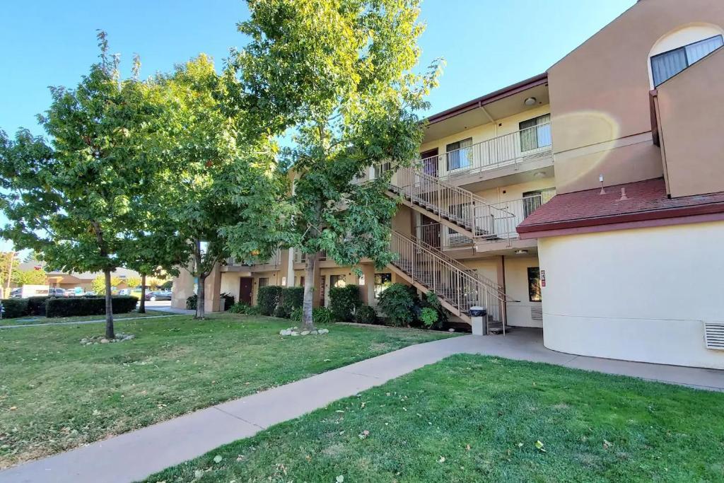 California Inn & Suites Rancho Cordova - Exterior-2