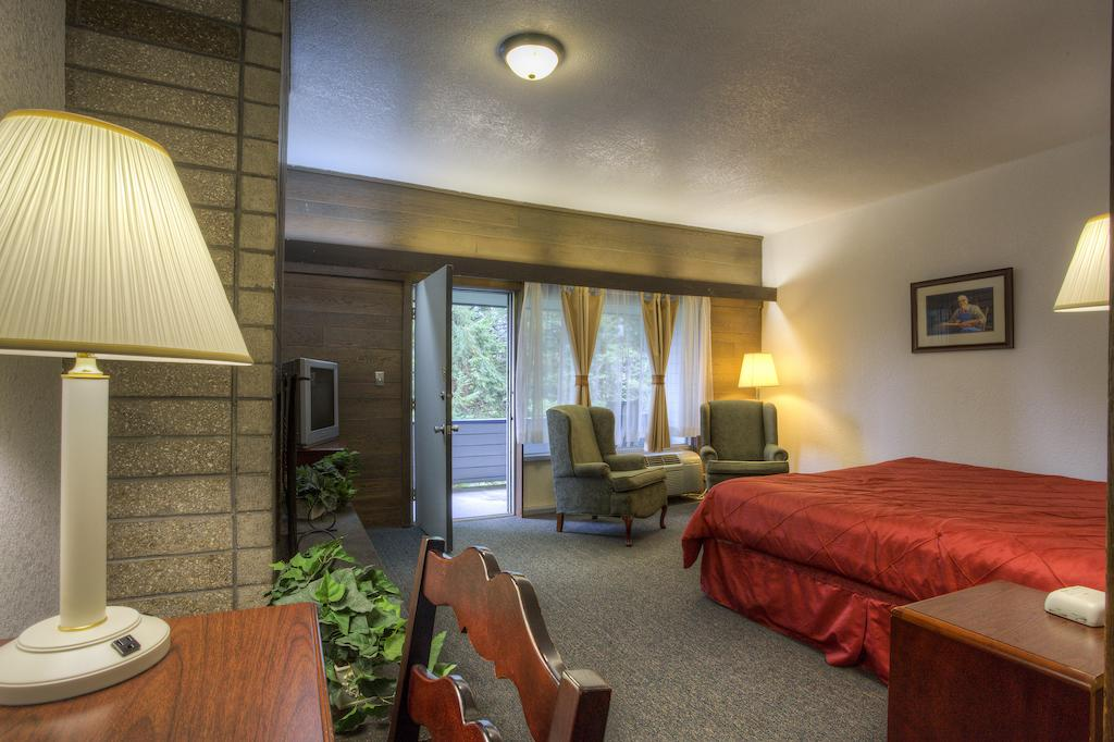 Chalet Inn Gatlinburg - Single Bed with Balcony View