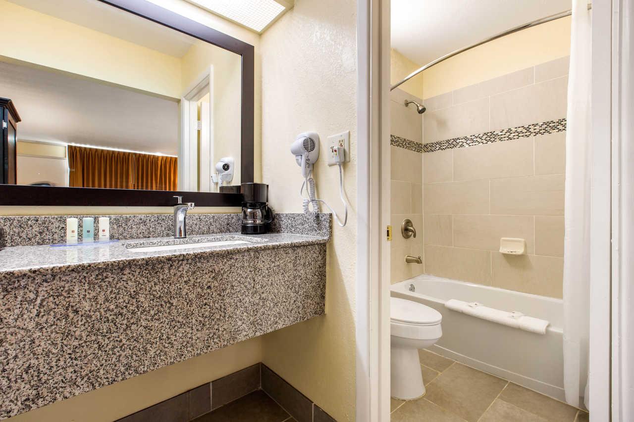 Clarion Inn Santee - Guest Bathroom