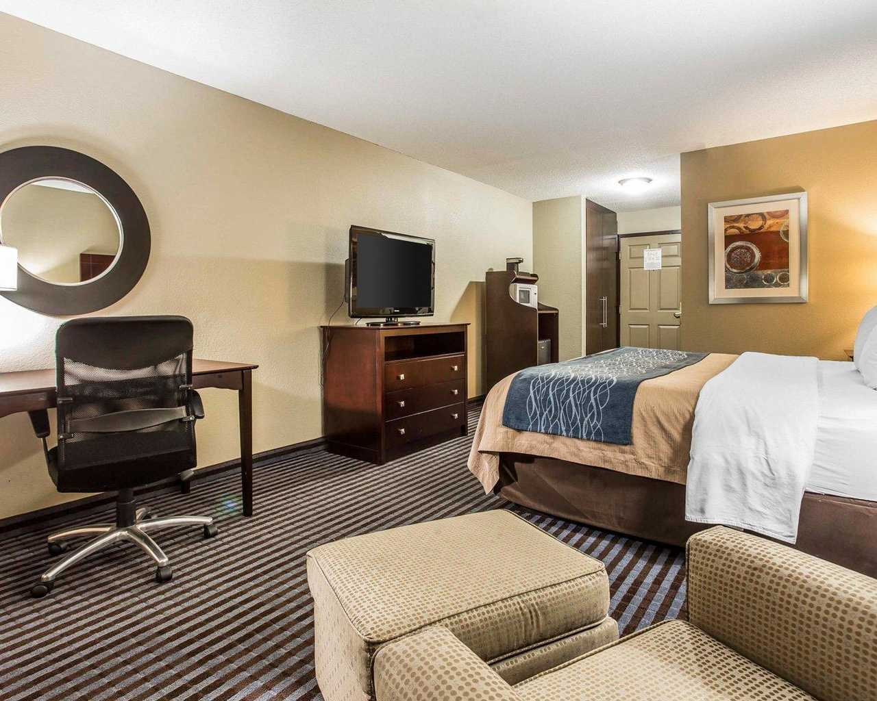 Comfort Inn & Suites Ballpark Area - King Bed Room-2