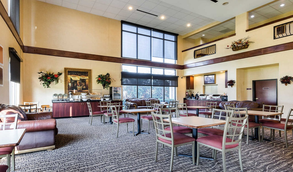 Comfort Suites Near NASA - Dining Area
