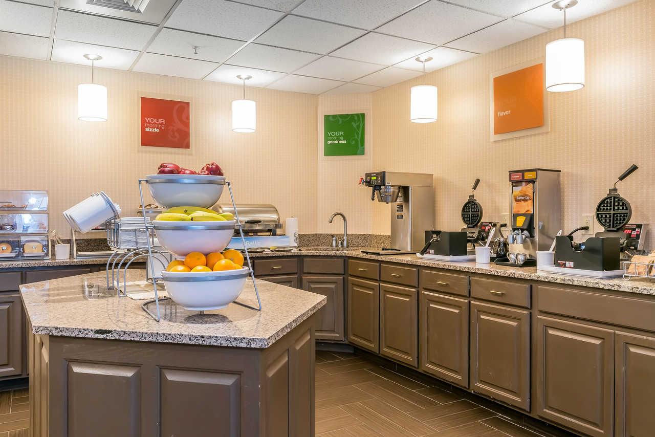 Comfort Suites Springfield - Breakfast Area-3