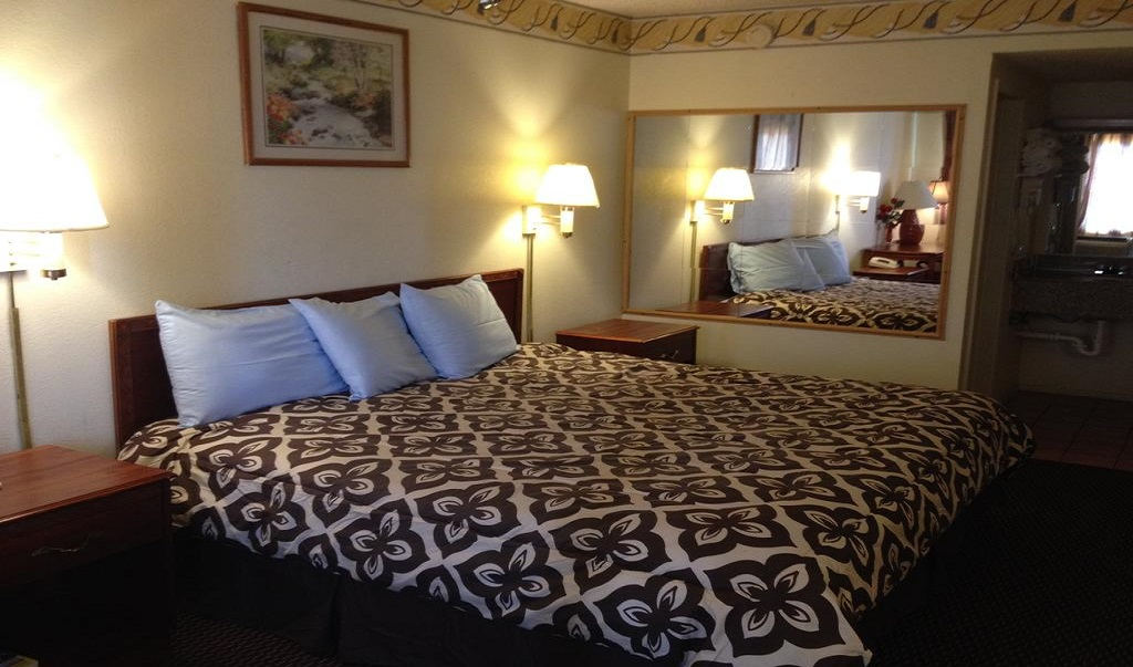 Crown Inn Grand Prairie - Single Bed Room