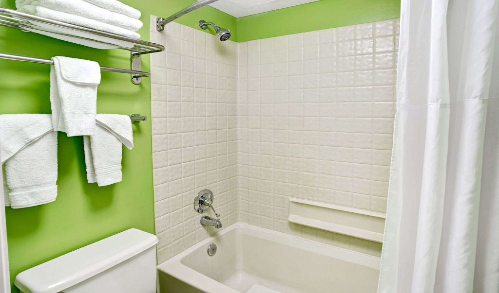 Days Inn And Suites Davenport - Guest Room Bathroom