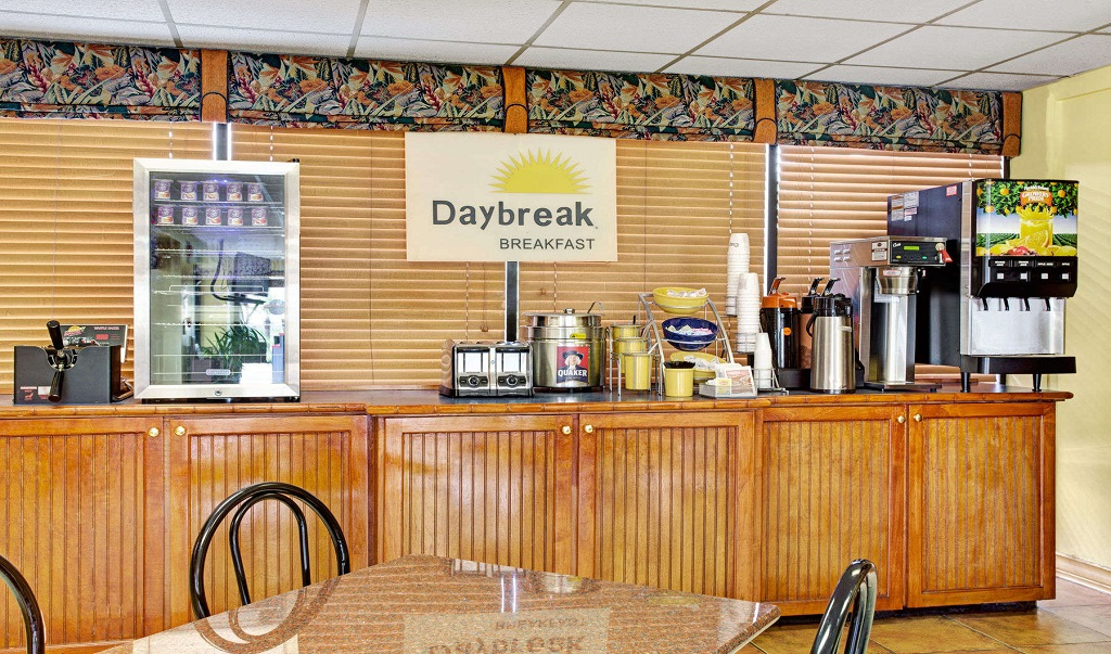 Days Inn And Suites Davenport - Breakfast - Dining Area