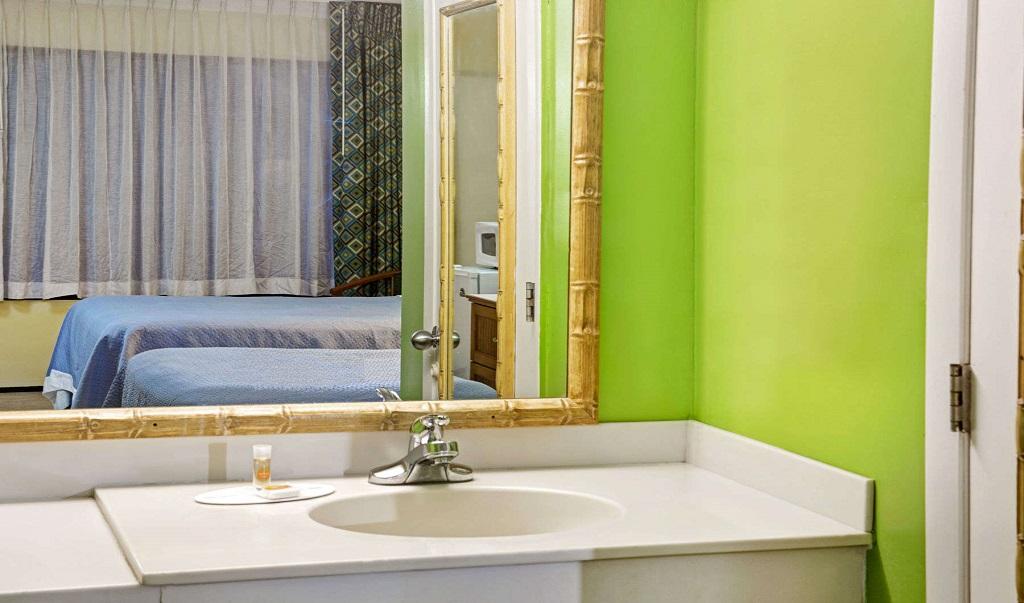 Days Inn And Suites Davenport - Bathroom