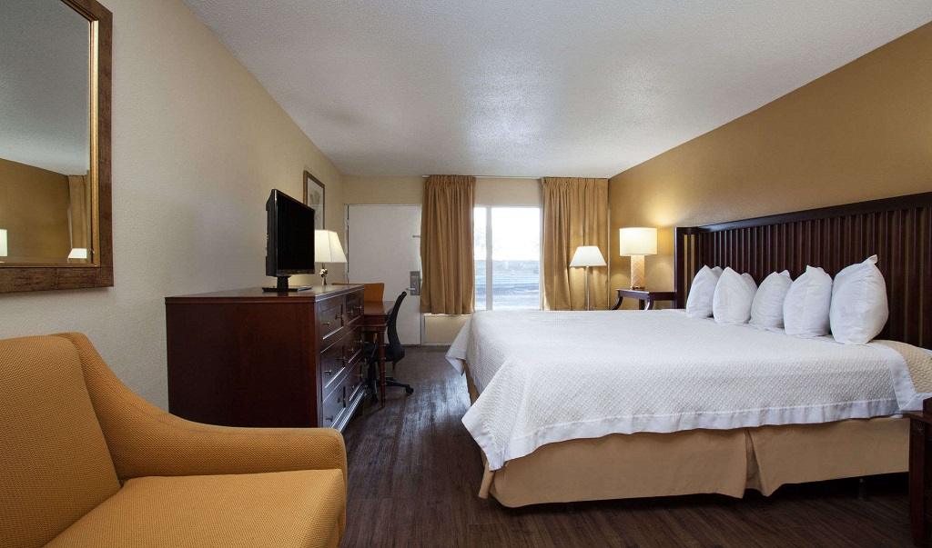Days Inn Daytona Beach Speedway - Guestroom-10