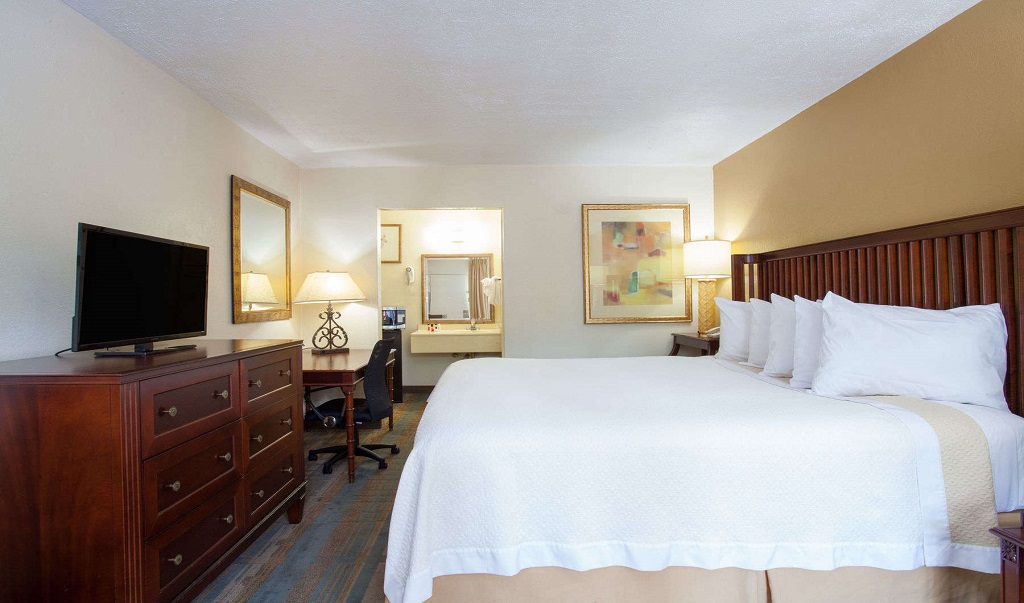 Days Inn Daytona Beach Speedway - Guestroom-5