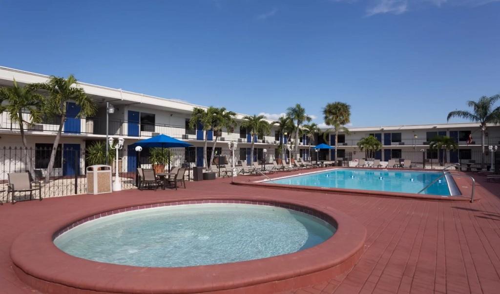 Days Inn St. Petersburg North - Pool-1