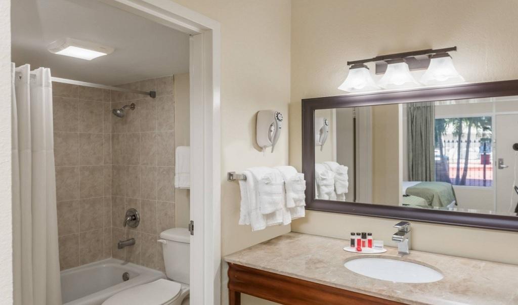 Days Inn St. Petersburg North - Room Bathroom