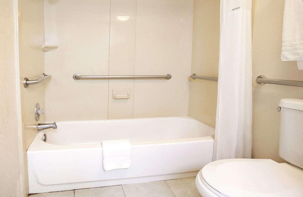 Days Inn and Suites Orlando UCF - Bathroom3
