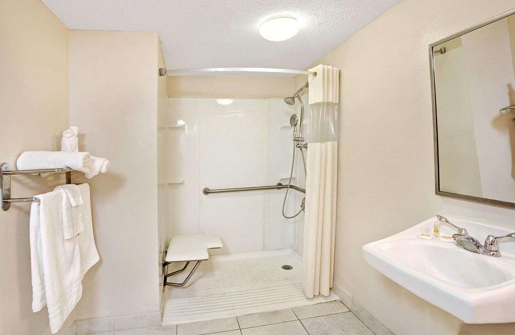 Days Inn and Suites Orlando UCF - Bathroom1