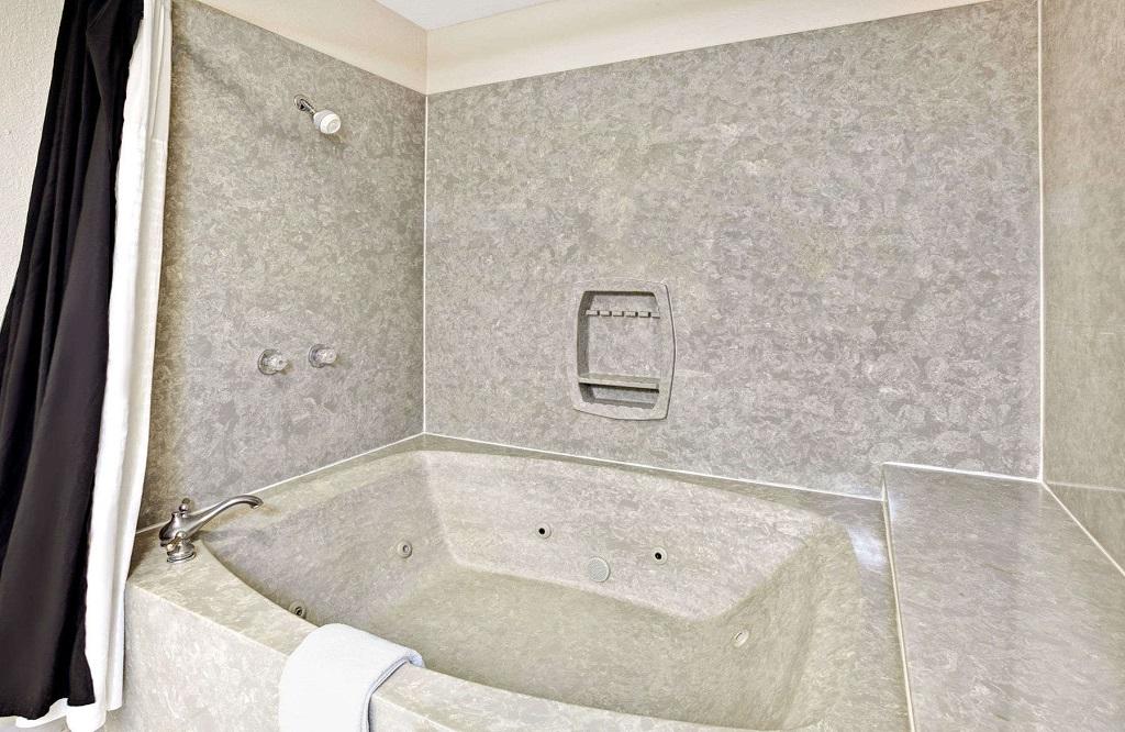 Days Inn and Suites Orlando UCF - Bathroom2