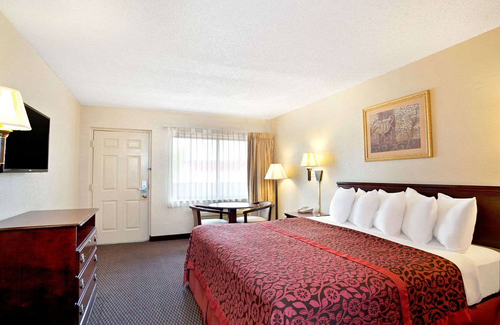 Days Inn and Suites Orlando UCF - Guest Room -1