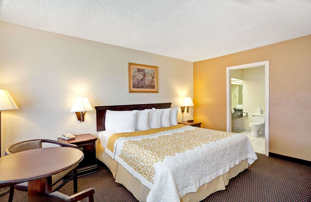 Days Inn and Suites Orlando UCF - Guest Room -5