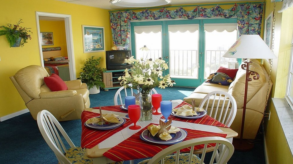 Beach Quarters Resort Daytona - Dining Area